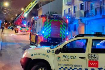 Policía local y Bomberos intervienen ante el riesgo de caída de una estructura metálica de una fachada
