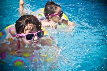 ¿Sabes cómo actuar para evitar accidentes con niños durante el baño?