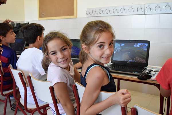 Además, niños de entre 8 y 12 años participan en un taller educativo de eSports basado en el juego Minecraft
