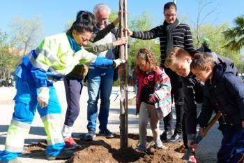 Los escolares participaron plantando árboles en el Parque Liana