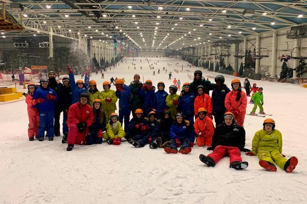 24 menores con problemas familiares han disfrutado de una clase de Snowboard
