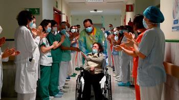 El Hospital Gregorio Marañón da el alta entre aplausos a Elsa, el mismo día que cumple años