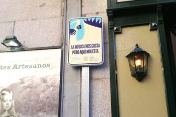 Las señales se refieren a la prohibición de orinar en la calle y de tocar música en ciertas zonas