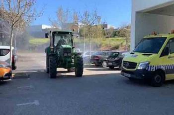 Los tractores utilizados sueltan un desinfectante de lejía al 0,1 %
