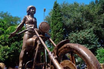 La ciudad complutense ha instaurado una estatua en la confluencia de las calles Andrés Saborit y Almazán