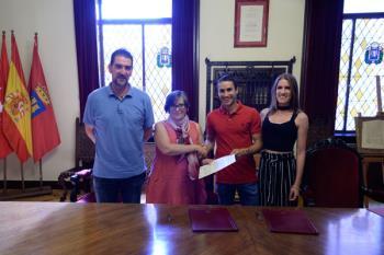 El consistorio y el Club de Atletismo Cervantes han firmado un convenio para celebrar la carrera