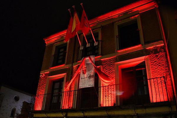 Ayer se iluminaron de rojo el Ayuntamiento, el Kiosco de la Música, la Casa Tapón y la Puerta de Madrid