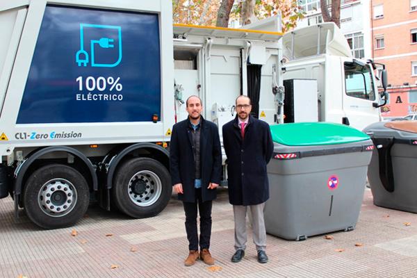 En el acto de presentación, que ha tenido lugar en la Plaza del Barro del Distrito II, se han presentado también los nuevos contenedores que mejoran la visibilidad para zonas próximas a pasos de peatones