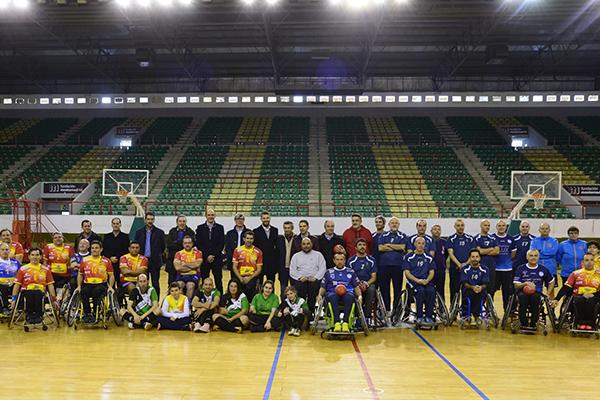 Se celebró un partido entre la Selección Española de Balonmano en silla de ruedas y un combinado de veteranos del Club Balonmano Iplacea y el Club Juventud Alcalá Baloncesto