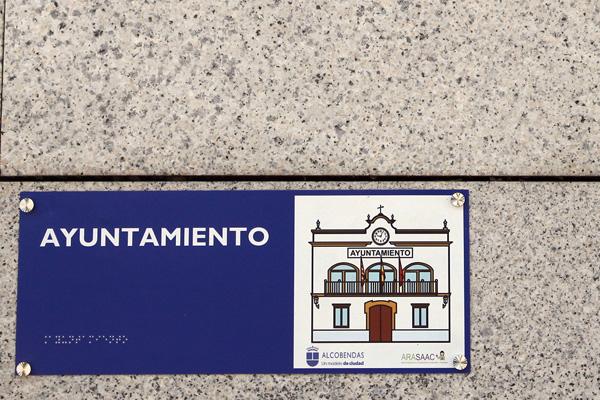 Nuestra ciudad has instalado las primeras 18 placas informativas junto a la entrada de los edificios principales