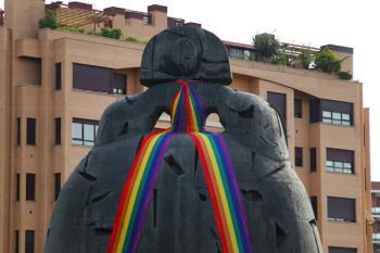 Con motivo del Día Internacional del Orgullo LGTBI, nuestra estatua lucirá la bufanda multicolor hasta el domingo, 1 de julio