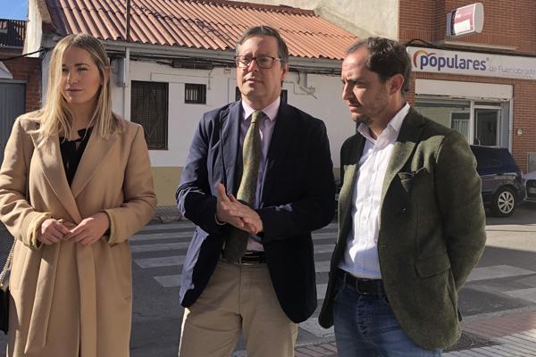 El portavoz de GPP de la Asamblea de Madrid ha visitado a los populares fuenlabreños en su nueva sede