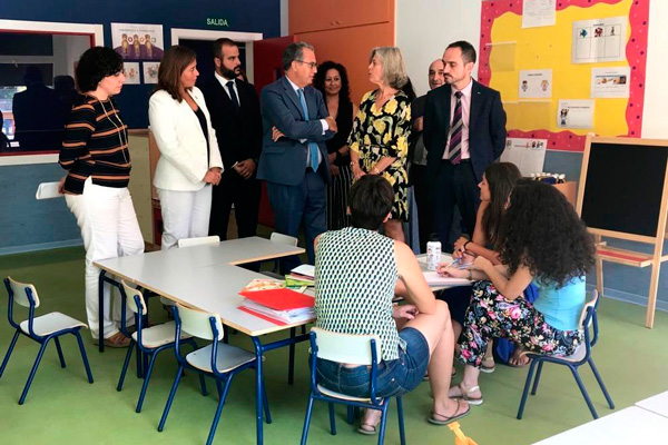 La alcaldesa aprovechó en la visita que hizo acompañada del Consejero de Educación y Juventud a las obras del colegio Averroes