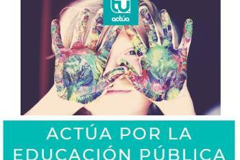 La candidata de Actúa está repartiendo folletos en la entrada de los colegios