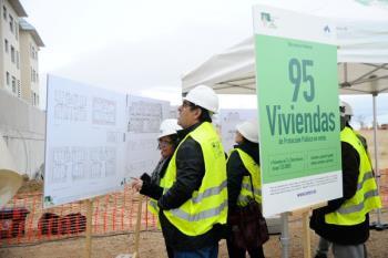 El regidor boadillense coloca la primera piedra de la nueva promoción de 95 viviendas de protección pública