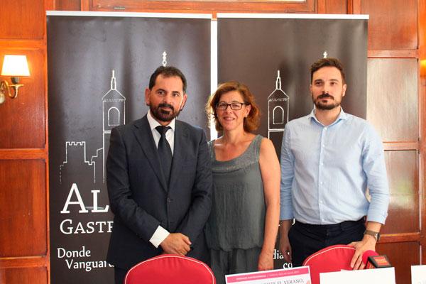 La concejala de Turismo, María Aranguren, junto al presidente y anfitrión, han presentado la programación