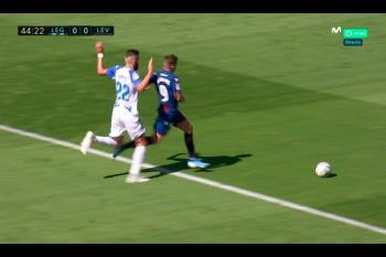 El colegiado mantuvo el penalti a favor del Levante a pesar de ser, claramente, fuera del área