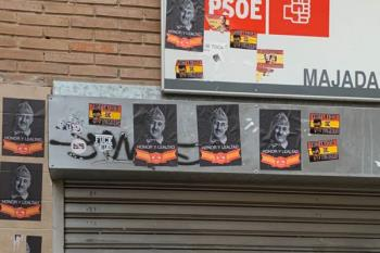 La sede luce varias pegatinas contra Pedro Sánchez y carteles franquistas