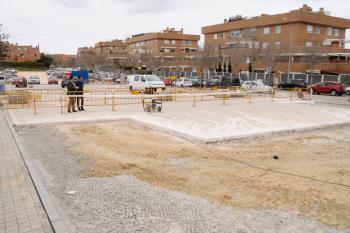En el aparcamiento que comparten el C.M. Juan González de Uzqueta y el C.S. Infante Don Luis