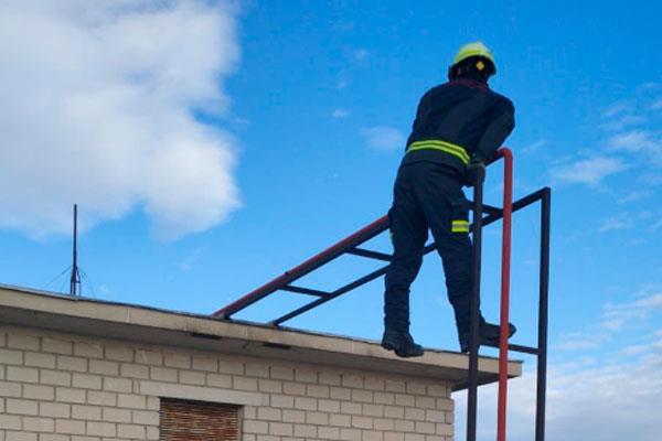 Bomberos interviene en el desprendimiento de la chapa de un tejado