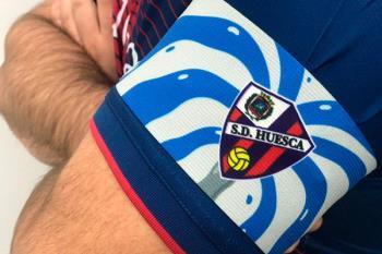 El equipo visitante, personaliza el brazalete de capitán en cada partido que juega fuera de casa