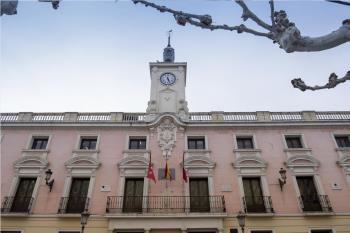 Cesa la actividad del consistorio garantizando el funcionamiento de los servicios públicos municipales