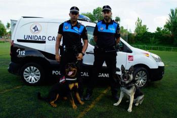 Iñaki García, uno de los agentes de la Unidad Canina de la Policía Local, nos cuenta los beneficios de este servicio que ha incorporado, recientemente, a Kira en sus filas