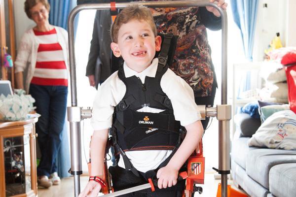 Camina por primera vez gracias a un exoesqueleto