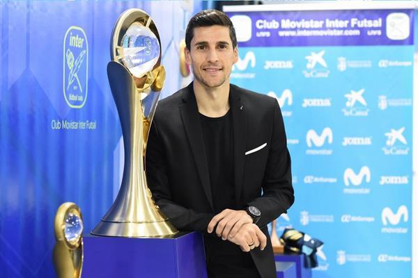 Carlos Ortiz firma su renovación con el Inter Movistar