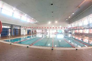 El alcalde, Javier Ayala, se alegra del inicio de las obras en la piscina municipal