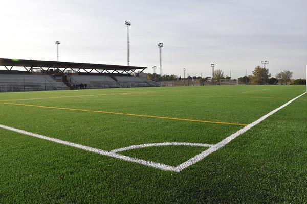 Concluidas las obras de sustitución del césped artificial del complejo de fútbol municipal