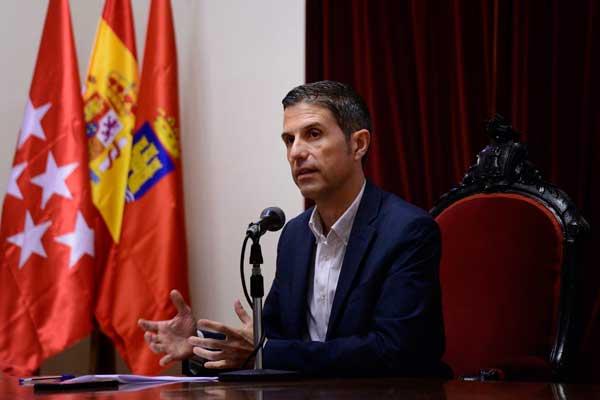 El alcalde complutense, Javier Rodríguez Palacios, anuncia las nuevas responsabilidades de los concejales socialistas