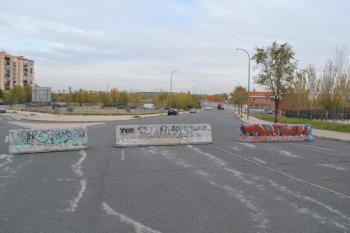Los vehículos circulaban a gran velocidad por esta calle transitada por escolares