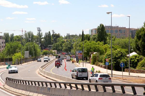 Cortado un carril de Avenida de la Transición Española