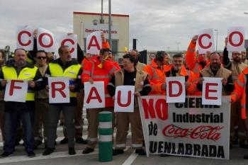 Los trabajadores participaron en una manifestación frente a la catedral de Cuenca el día de la boda del empresario