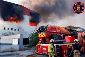 Calcinada una nave industrial del polígono Urtinsa tras un aparatoso incendio en la calle Yunque