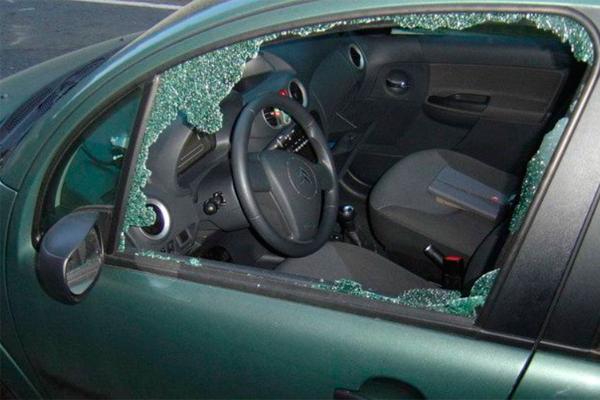 Una mujer fue robada con fuerza e intimidación y posteriormente fue arrastrada varios metros con el coche robado