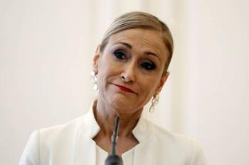 La presidenta de la Comunidad de Madrid comparece ante la prensa y se despide del cargo visiblemente emocionada
