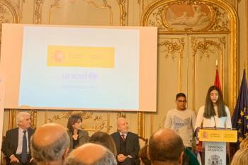 Un niño y una niña de la ciudad participan en este acto organizado por UNICEF y el Ministerio de Justicia