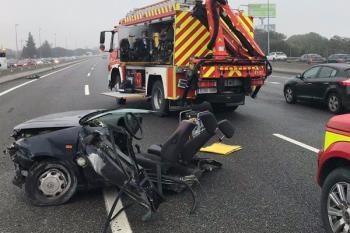 El conductor perdió el control del vehículo e impactó contra un pilar de señalización dividiendo el automóvil en dos partes