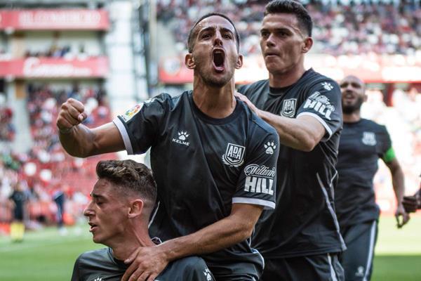 El Alcorcón se agranda ante un Sporting irreconocible