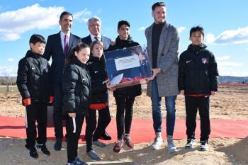 En el acto han estado presentes el alcalde, Javier Rodríguez Palacios, y el presidente del Atlético de Madrid, Enrique Cerezo