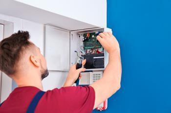 La Oficina de Consumo de Móstoles advierte sobre personas que se hacen pasar por trabajadores de compañías eléctricas para robar en las viviendas