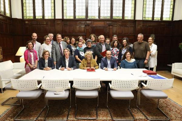 La alcaldesa de Madrid, Manuela Carmena, ha firmado un protocolo con los sindicatos municipales