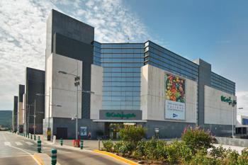 El centro alcalaíno sale entre los 95 activos que los grandes almacenes han puesto en el mercado