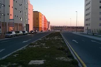 El barrio, de reciente urbanización, carece actualmente de infraestructuras deportivas y culturales