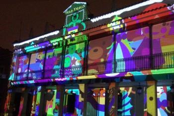 La fachada del antiguo ayuntamiento se convierte en una luminosa estampa navideña