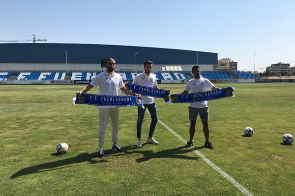 Chico Flores, Iban Salvador y Joan Femenías han posado en el césped del Estadio Fernando Torres