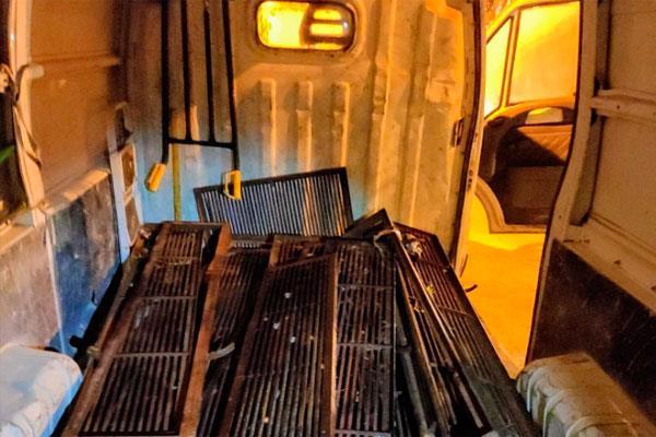 Los detenidos fueron sorprendidos por los agentes tras haber intentado arrasar con las rejillas del alcantarillado