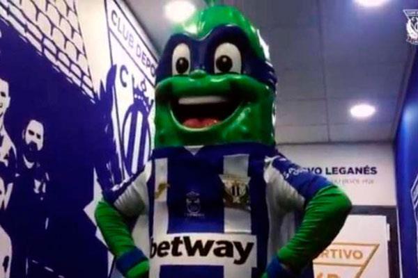 El Leganés presenta su nueva mascota, Súper Pepino